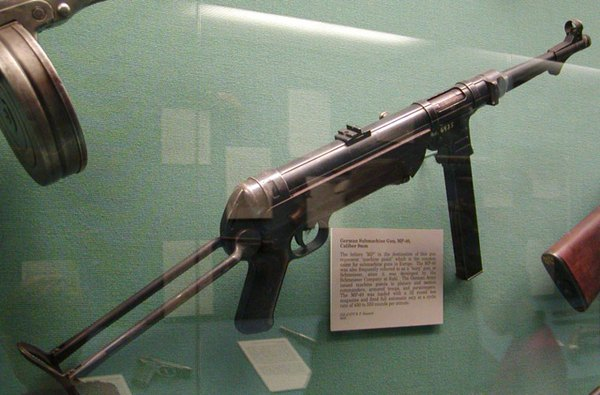 Tiểu liên MP-38/40 do Đức nghiên cứu phát triển từ những năm 1930 để trang bị cho quân đội nước này dùng phổ biến trong Chiến tranh thế giới 2. Trong giai đoạn đầu chiến tranh xâm lược ở Đông Dương, quân Pháp sử dụng số lượng lớn tiểu liên MP-38/40. Quân dân Việt Nam thu được nhiều khẩu và sử dụng lại trong chiến đấu cho đến tận thời kỳ đầu kháng chiến chống Mỹ. Súng dùng cỡ đạn 9x19mm (hộp tiếp đạn 32 viên), tốc độ bắn 500 phát/phút, tầm bắn hiệu quả 100m.