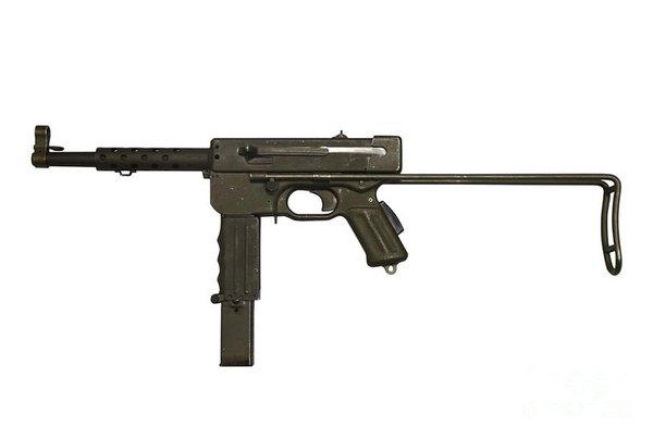 """Tiểu liên MAT-49 do nhà máy vũ khí Tulle Pháp sản xuất từ sau Chiến tranh Thế giới thứ 2. MAT-49 bắt đầu được đưa sang Đông Dương trong giai đoạn cuối 1950, đầu 1951 và sau đó dần dần thay thế các loại tiểu liên khác của Anh, Mỹ, Đức để trở thành tiểu liên chủ lực trong quân viễn chinh Pháp. Trong chiến đấu hàng nghìn khẩu MAT-49 (thường được biết đến với tên """"tiểu liên Tuyn (Tulle)"""") đã bị quân dân Việt Nam tịch thu và cũng nhanh chóng trở thành một trong hai loại tiểu liên chính của bộ đội chủ lực lúc đó."""