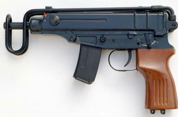 Tiểu liên Skorpion kiểu 1961 do Tiệp Khắc nghiên cứu thiết kế từ cuối những năm 1950. Trong thời gian kháng chiến chống Mỹ, Việt Nam được Tiệp Khắc viện trợ một số tiểu liên Skorpion và chủ yếu trang bị cho các đơn vị đặc công biệt động dưới tên gọi K61. Súng dùng cỡ đạn 7,62x17mm (hộp tiếp đạn 10-20 viên), tốc độ bắn 850 phát/phút, tầm bắn hiệu quả 25-50m.
