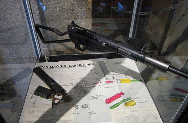 Tiểu liên Sten do nhà máy vũ khí Enfield (Anh) phát triển và sản xuất ngay trong chiến tranh thế giới 2. Trong giai đoạn đầu chiến tranh xâm lược Đông Dương, quân Pháp tiếp tục sử dụng khá nhiều tiểu liên Sten do Anh cung cấp. Về phía Việt Nam, một số ít Sten được tiếp nhận từ viện trợ của tổ chức tình báo OSS (Mỹ) vào năm 1945, nhưng chủ yếu là tịch thu được từ quân Anh, Pháp trong chiến đấu. Sten dùng cỡ đạn 9x19mm (hộp tiếp đạn 32 viên), tốc độ bắn 550 phát/phút và tầm bắn hiệu quả 150-200m.