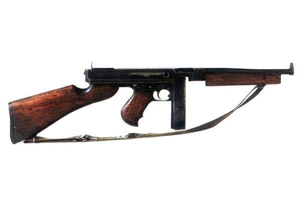 Tiểu liên Thompson do nhà thiết kế J.T. Thompson phát triển từ trong Chiến tranh thế giới thứ 1 và trang bị cho Quân đội Mỹ sử dụng rộng rãi trong nhiều năm. Sau này, chúng được Quân đội Pháp sử dụng nhiều trong cuộc chiến tranh xâm lược Việt Nam. Bộ đội ta thu giữ được hàng nghìn khẩu loại này và trang bị để đánh Pháp. Bên cạnh những biến thể của Mỹ, Việt Nam còn sử dụng biến thể do Trung Quốc chế tạo và một số ít do các xưởng quân giới tự sản xuất.