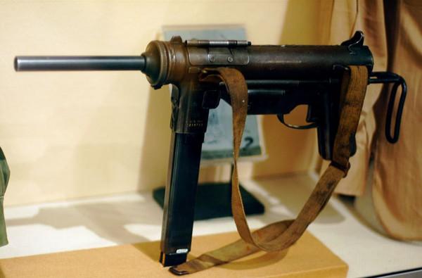 """Tiểu liên M3 được Mỹ nghiên cứu phát triển từ đầu năm 1941 với ý định thiết kế một loại súng đơn giản, rẻ tiền và dễ sản xuất hơn nhằm thay thế cho tiểu liên Thompson. Trong kháng chiến chống Pháp, ta thu được một số lượng không nhỏ tiểu liên M3, cùng với đó là một số biến thể do Trung Quốc """"sao chép""""."""