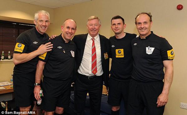 Các trọng tài chụp ảnh chung với Sir Alex: Dave Bryan (phải), Michael Oliver (thứ 2 từ bên phải), Chris Foy (trái) và Ceri Richards (thứ 2 bên trái) chụp ảnh chung với Sir Alex