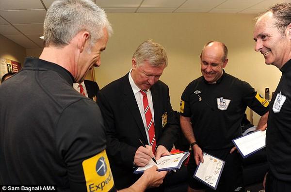 Sir Alex ký tặng cho các ông vua áo đen