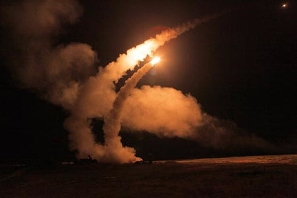 Hệ thống tên lửa đạn đạo phòng không S-400 khai hỏa vào ban đêm.