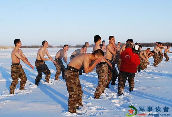 Sau một màn chạy khởi động làm nóng cơ thể, những người lính Trung Quốc phải cởi áo và dùng băng tuyết xoa lên người, coi đó như một hình thức