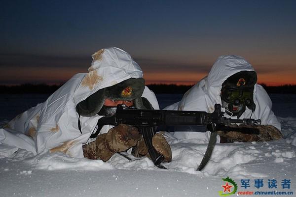 Lính Trung Quốc tập chiến thuật ngoài trời băng tuyết