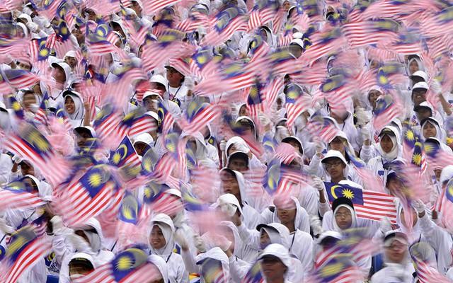 Các sinh viên tham buổi tổng duyệt cho lễ diễu hành chào mừng Ngày quốc khánh Malaysia lần thứ 56 trên quảng trường Dataran Merdeka ở Kuala Lumpur..