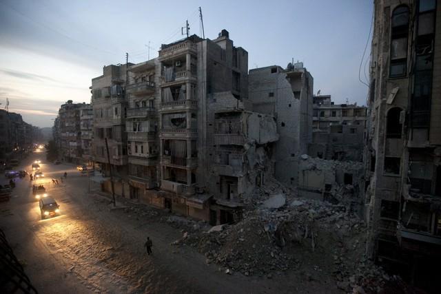 Đêm xuống tại khu vực do lực lượng phiến quân chiếm giữ tại thành phố Aleppo vào ngày 29/11/2012.