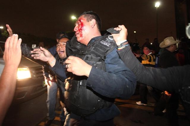 Một cảnh sát bị thương trong khi cố gắng những giáo viên biểu tình ở thành phố Mexico City, Mexico.