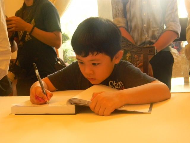 Đến viếng Đại tướng với ba, bé Kiên 7 tuổi một mình vào ghi sổ tang Đại tướng