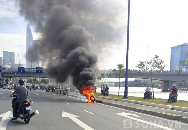 Chiếc xe tay ga bốc cháy dữ dội khi chuẩn bị vào hầm vượt sông Sài Gòn.