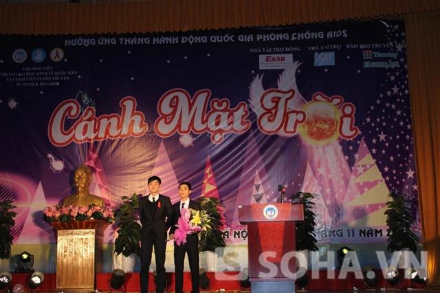 Bí thư Đoàn trường ĐHKTQD HN tặng hoa chúc mừng CLB đã hoàn thành chiến dịch.