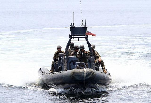 Các bị sĩ Hải quân Mỹ và Philippines trên một chiếc thuyền cao tốc trong khi tham gia cuộc tập trận chung mang tên CARAT ở ngoài khơi Philippines.