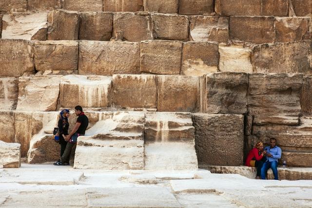 Các cặp đôi trẻ đứng tình tứ dưới chân kim tự tháp Giza ở thủ đô Cairo, Ai Cập.