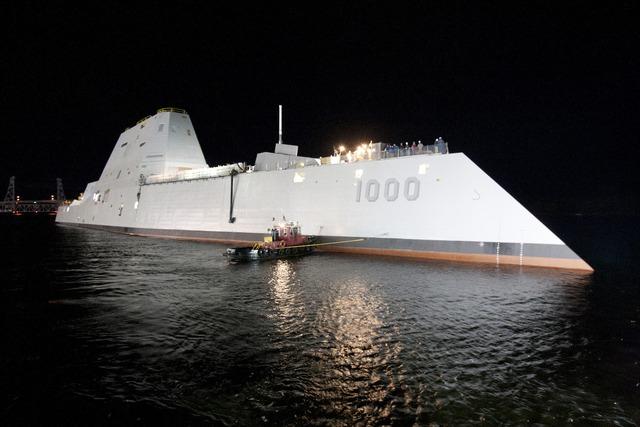 """Tàu khu trục lớp Zumwalt lần đầu tiên được """"đắm mình"""" dưới sông Kennebec dưới ánh sáng đèn đêm."""