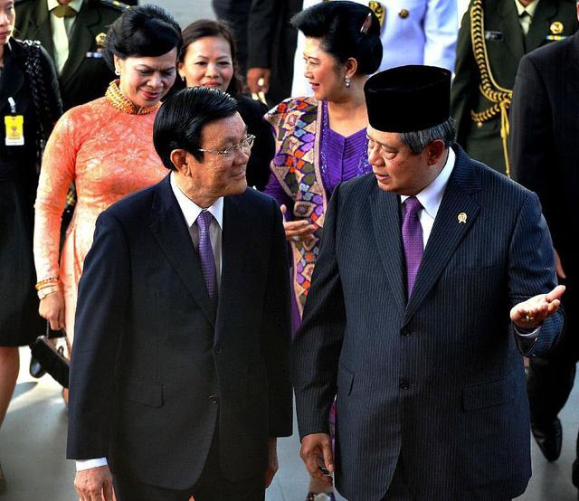 Tổng thống Indonesia Susilo Bambang Yudhoyono chào đón Chủ tịch nước Việt Nam Trương Tấn Sang tại phủ Tổng thống ở Jakarta.