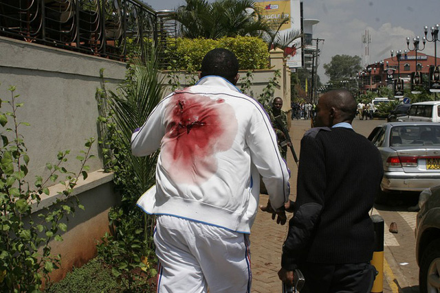 Người bị thương được giúp đỡ bên ngoài trung tâm thương mại Westgate.