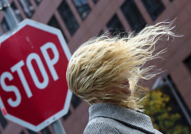 Gió bão mạnh thổi bay tóc một phụ nữ trên đường phố ở Frankfurt, Đức.