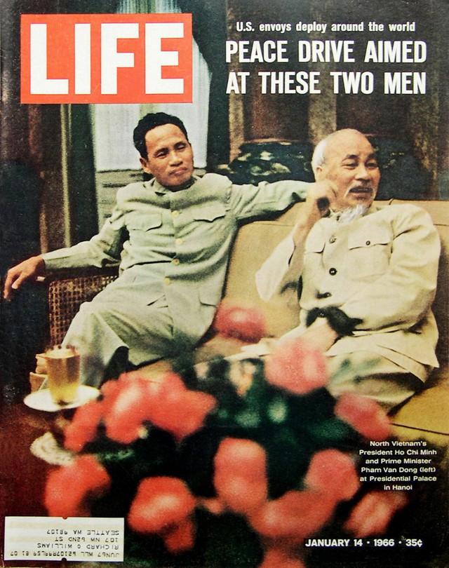 Chủ tịch Hồ Chí Minh và Thủ tướng Phạm Văn Đồng trên bìa tạp chí LIFE. Số ra ngày 14/1/1966.