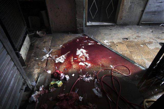 Máu và dụng cụ y tế trên sàn bệnh viện Dar al-Shifa ở Aleppo, Syria, ngày 11/10/2012.