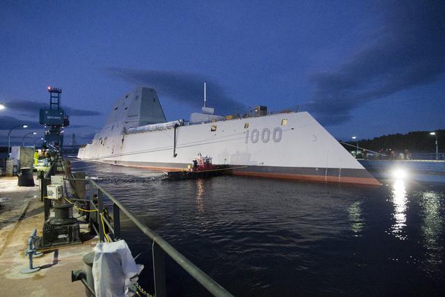 Sau đó, tàu nhỏ bắt đầu lai dắt tàu khu trục lớn nhất của Hải quân Mỹ ra khỏi ụ nổi.