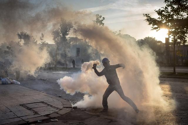 Một người biểu tình chống chính phủ ném đá vào cảnh sát gần quảng trường Taksim ở Istanbul, Thổ Nhĩ Kỳ.