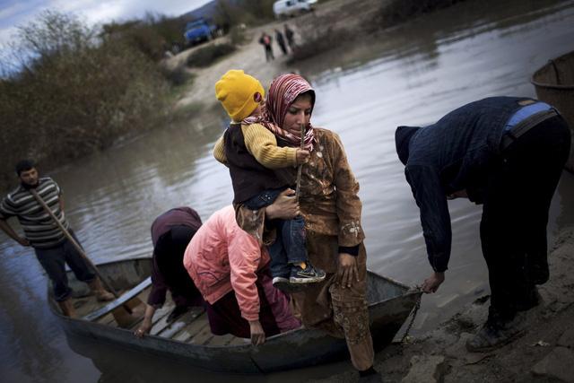 Những người tị nạn Syria vượt sông Orontes để sang Thổ Nhĩ Kỳ, vào ngày 8/12/2012.