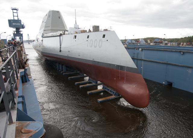 Nước bắt đầu được tháo vào ụ nổi trên sông Kennebec để chuẩn bị hạ thủy tàu khu trục lớp Zumwalt vào chiều tối 28/10.