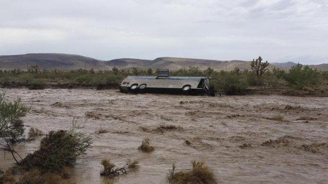Một xe bus bị nước lũ cuốn trôi gần Dolan Springs, Arizona, Mỹ.