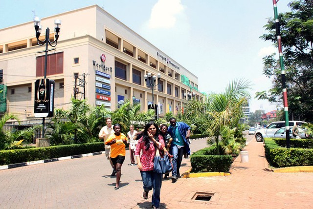 Mọi người chạy khỏi trung tâm thương mại Westgate trong hoảng loạn.