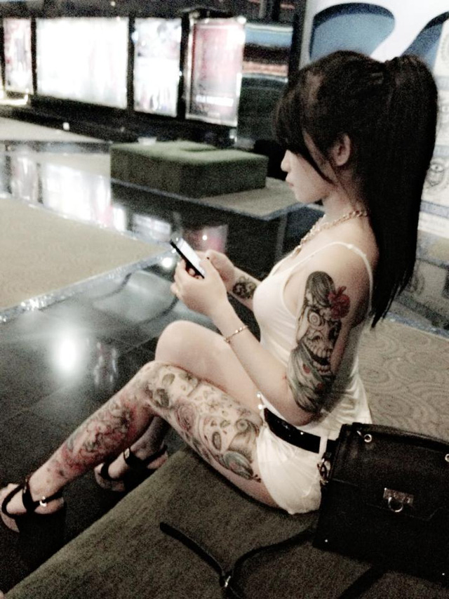 Cô gái xăm trổ gây sốt với bikini cùng hình xăm táo bạo