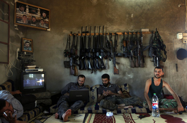Các chiến binh phiến quân nghỉ ngơi trong một ngôi nhà ở ngoại ô Aleppo, Syria, ngày 12/6/2012.