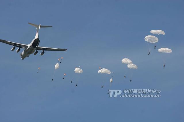Lính dù Trung Quốc tập trận thực binh