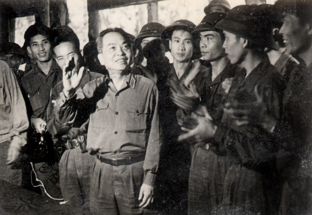 Đại tướng Võ Nguyên Giáp thị sát chiến trường trên đường Trường Sơn và đến thăm hỏi, khích lệ, động viên, căn dặn những cán bộ chiến sĩ Trung đoàn ô tô vận tải 13 đang làm nhiệm vụ vận tải chi viện chiến trường (13/3/1973).