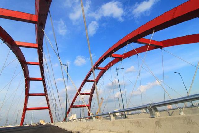Cầu Bình Lợi mới song song so với cầu Bình Lợi cũ là cây cầu vòm thép có quy mô lớn nhất Việt Nam. Hai mái vòm mang kiến trúc cầu vòm Nielsen, do chủ đầu tư Hàn Quốc thiết kế.