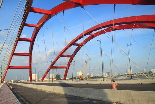 Cầu có chiều dài 975m, với 8 làn xe. Dự kiến thông xe vào tháng 9/2013. Trước ngày thông xe có nhiều người dân đi dạo trên cầu.