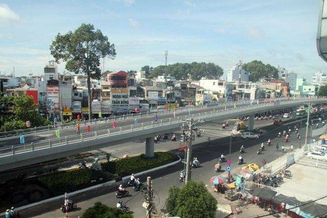 Cầu vượt bằng thép tại nút giao thông đường 3/2 - Lý Thái Tổ - Nguyễn Tri Phương được khởi công từ 27/4/2013. Sau 4 tháng xây dựng, cầu vượt sẽ thông xe vào ngày 27/8, sớm hơn 1 tháng so với dự kiến.