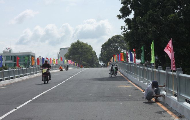 Cầu vượt này dài khoảng 390m, rộng 9,5m, nằm trên trục đường Ba Tháng Hai, có tổng vốn đầu tư khoảng 320 tỷ đồng.