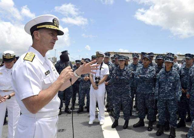 Tư lệnh Hải quân Mỹ, Đô đốc Jonathan Greenert trả lời câu hỏi của các thủy thủ trên tàu khu trục Halsey (DDG-97)  tại Trân Châu cảng, Hawaii về kế hoạch phát triển hải quân 5 năm tới