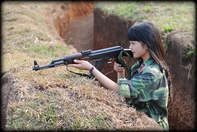 Sốt với bộ ảnh nữ sinh 9X vác pháo hỏa lực DKZ tập bắn