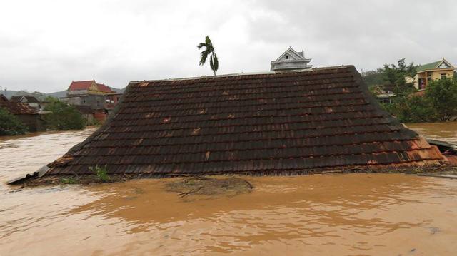Nước lũ ngập mái nhà