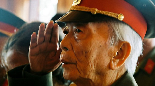 Đại tướng Võ Nguyên Giáp trong lần về thăm quê Chủ tịch Hồ Chí Minh.