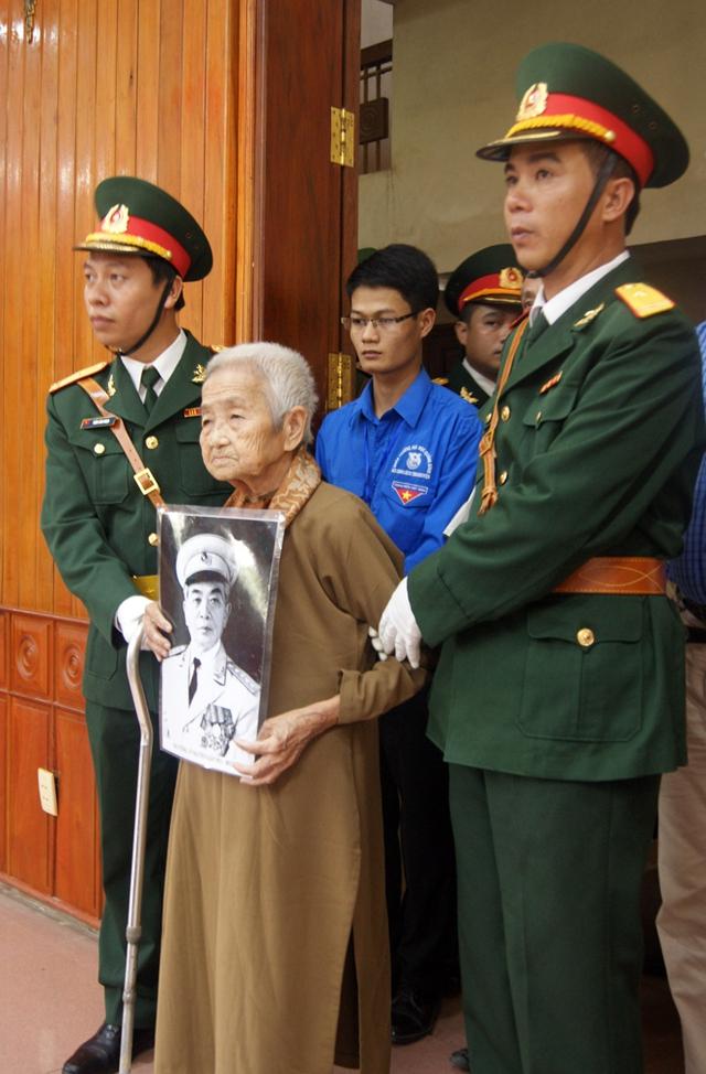 Dù đã hơn 90 tuổi nhưng cụ Công Tôn Nữ Trí Huệ ở TP Huế không quản đường xa đến viếng Đại tướng.