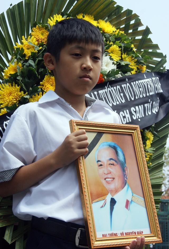 Em nhỏ mang theo di ảnh Đại tướng Võ Nguyên Giáp trong lễ viếng.