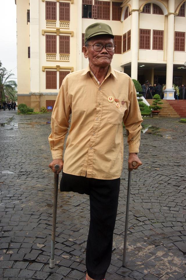 Cựu chiến binh Đào Minh Tâm, thương binh 2/4 ở xã Bảo Ninh, TP Đồng Hới đến viếng Đại tướng. (Ảnh Báo Quảng Bình)