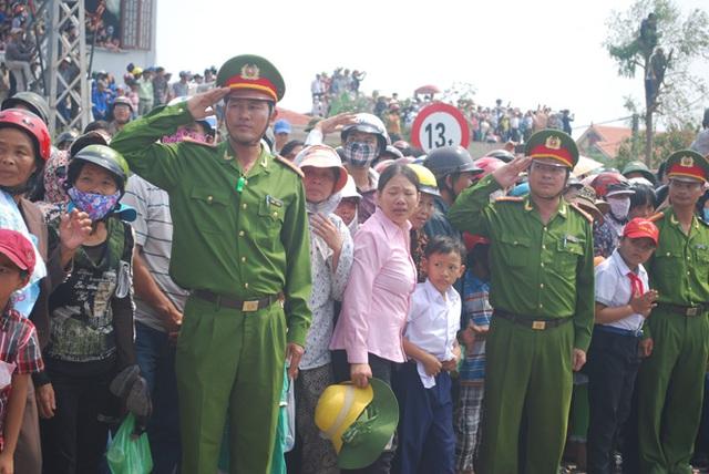 Lực lượng chức năng chào theo nghi thức khi nhìn thấy linh cữu Đại tướng.