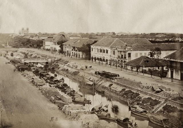 Đường Nguyễn Huệ ngày nay chính là vị trí con Kênh Lớn trước đây. Sau khi bị lấp chính quyền đã đổi tên Kênh Lớn thành đường Nguyễn Huệ. Ảnh chụp năm 1880.
