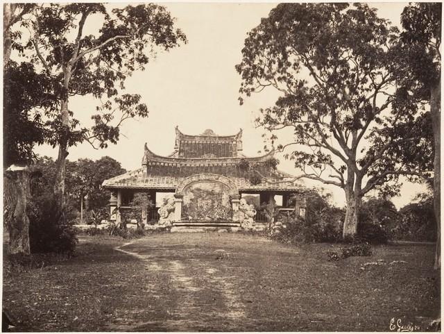 Lăng Cha Cả thuộc quận Tân Bình là ngôi mộ của giám mục Bá Đa Lộc. Ảnh chụp năm 1866.