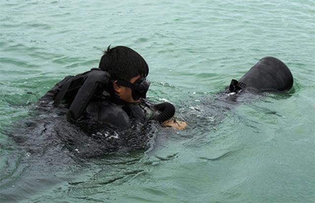 Phao bơi dạng thủy lôi giúp cơ động dưới nước dễ dàng